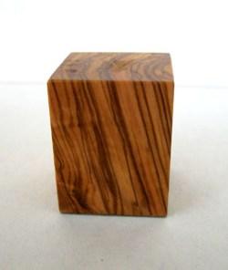 Peana Taco 50mm altura, Cuadrada 5 x 5 cm, Olivo. Tapizado inferior. Marca Peanas.net. Ref: 6002O.