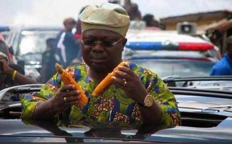 iyiola-omisore-eating-roasted-corn