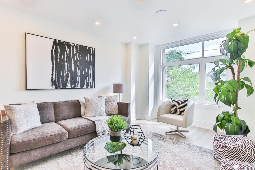 Sala de estar moderna e bem iluminada