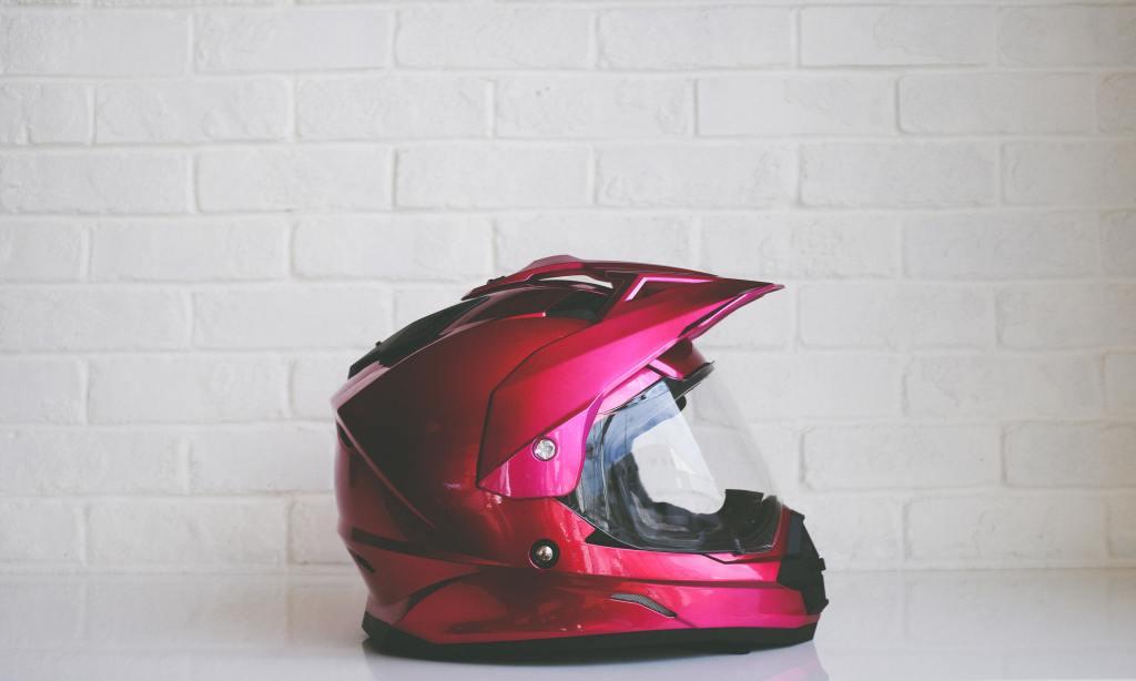 capacete de moto vermelho com viseira de proteção em plástico