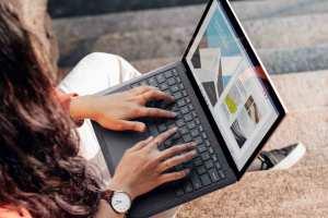 Jovem estudante a trabalhar no computador portátil