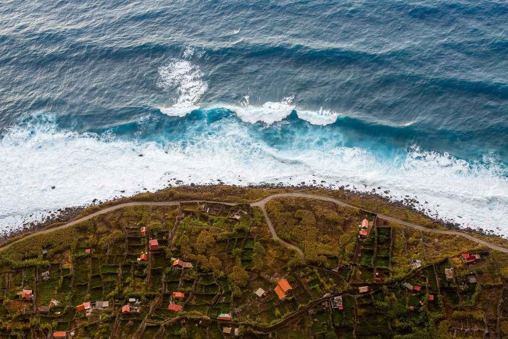 Vista aérea da costa com drone