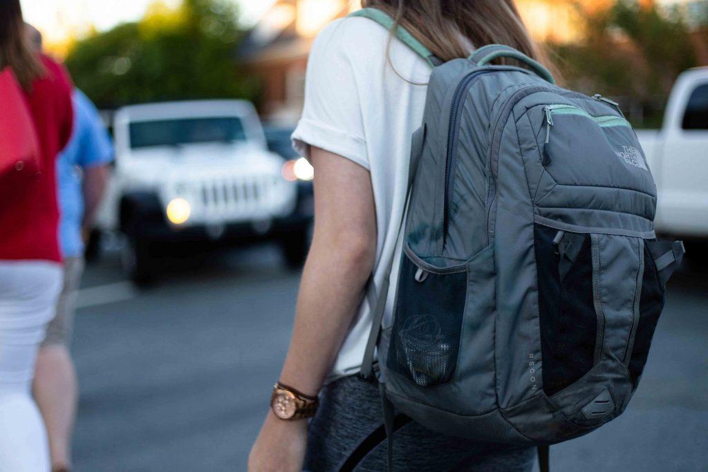 Estudante com mochila escolar no patio