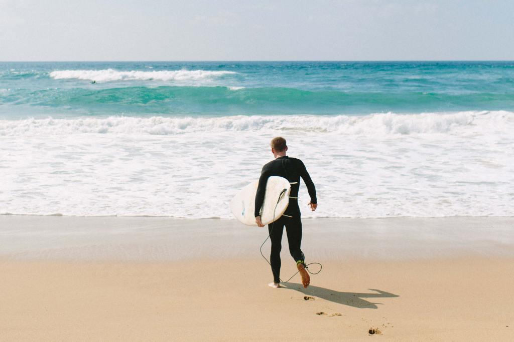 Surfista a entrar na agua