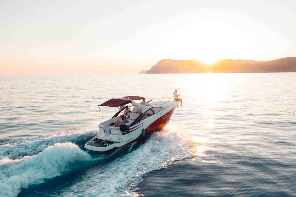 Lancha moderna no mar