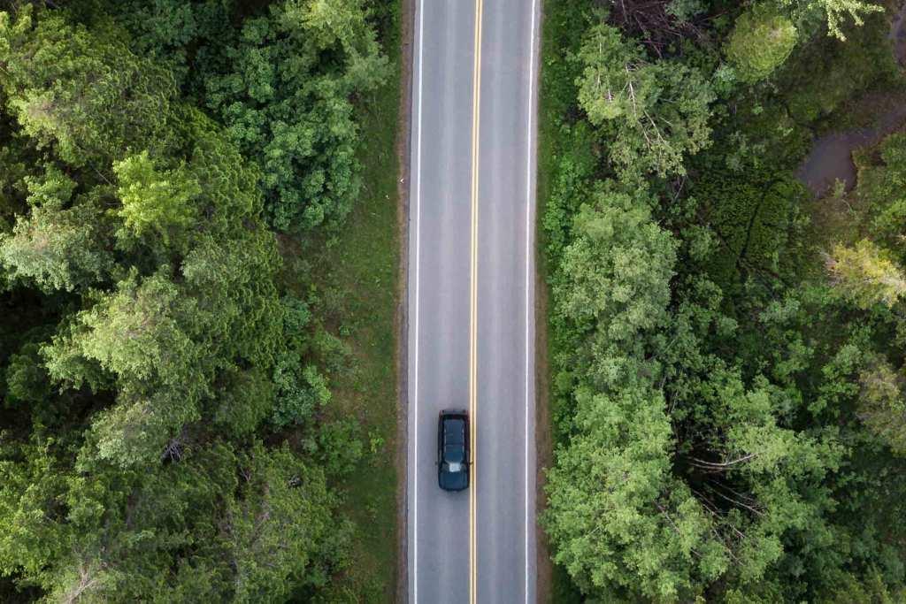 Carro na estrada com floresta