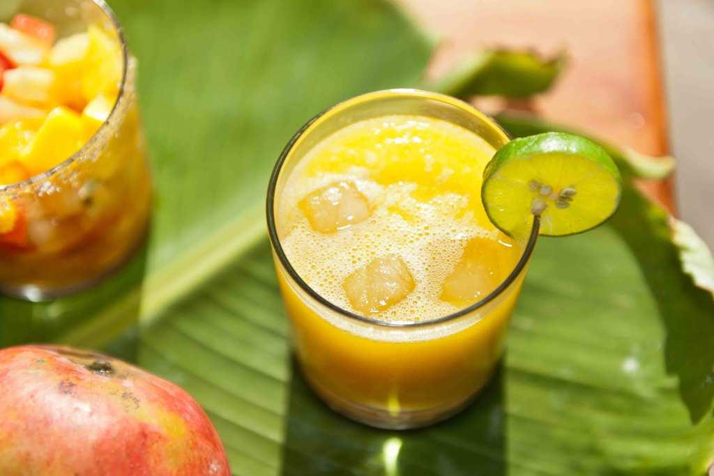 Sumo de fruta com gelo e lima