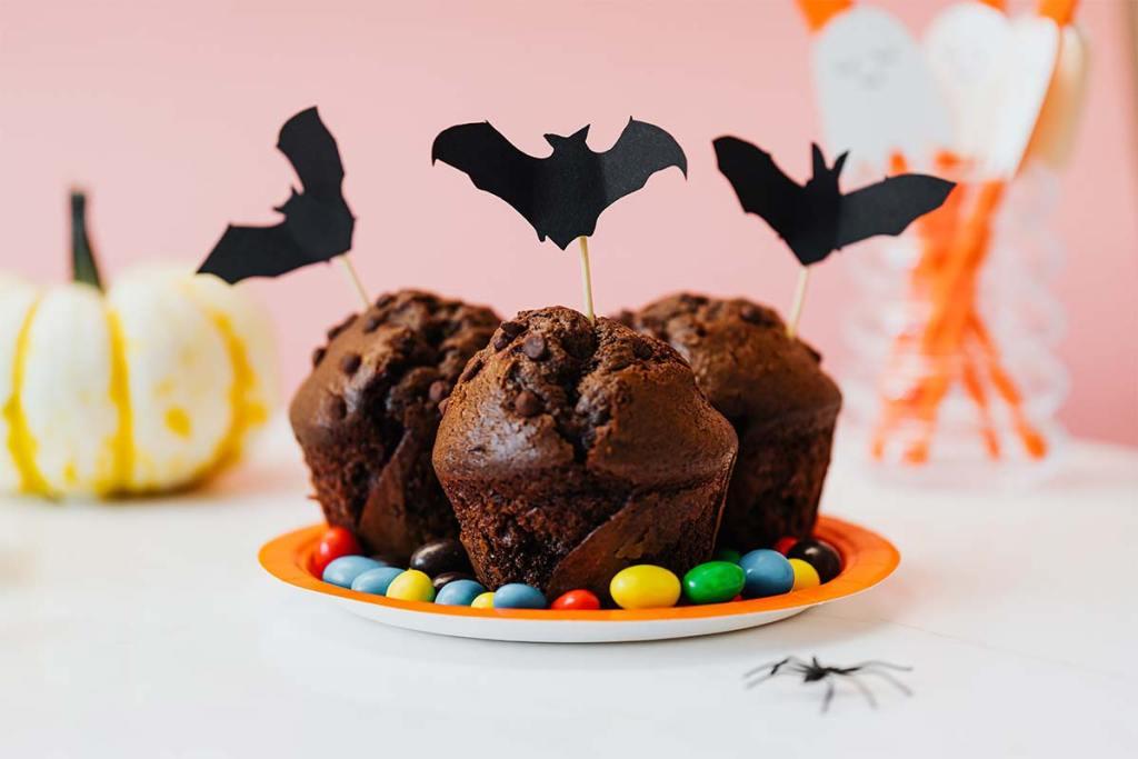 Cupcakes com decoração de morcegos de halloween