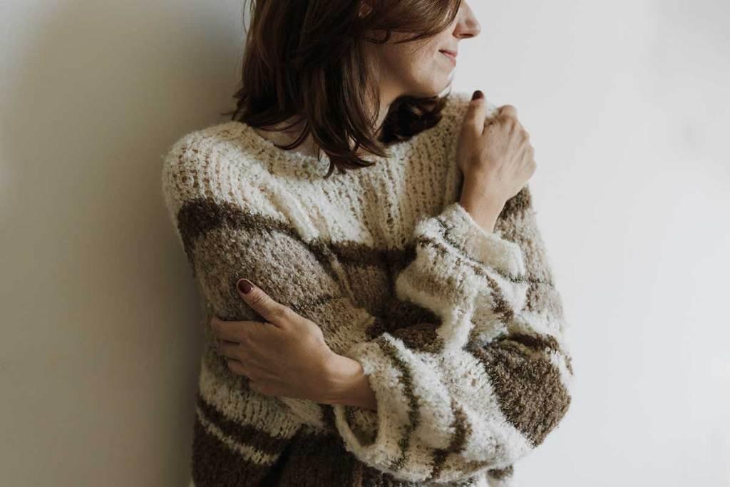 Mulher com camisola de lã