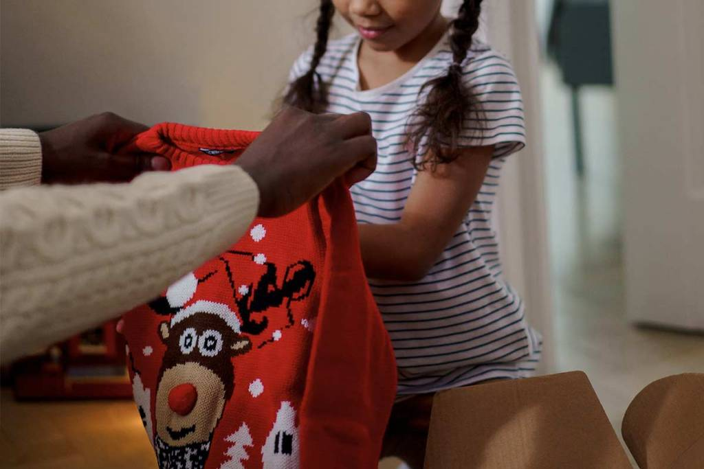 Pai e filha com camisola de natal