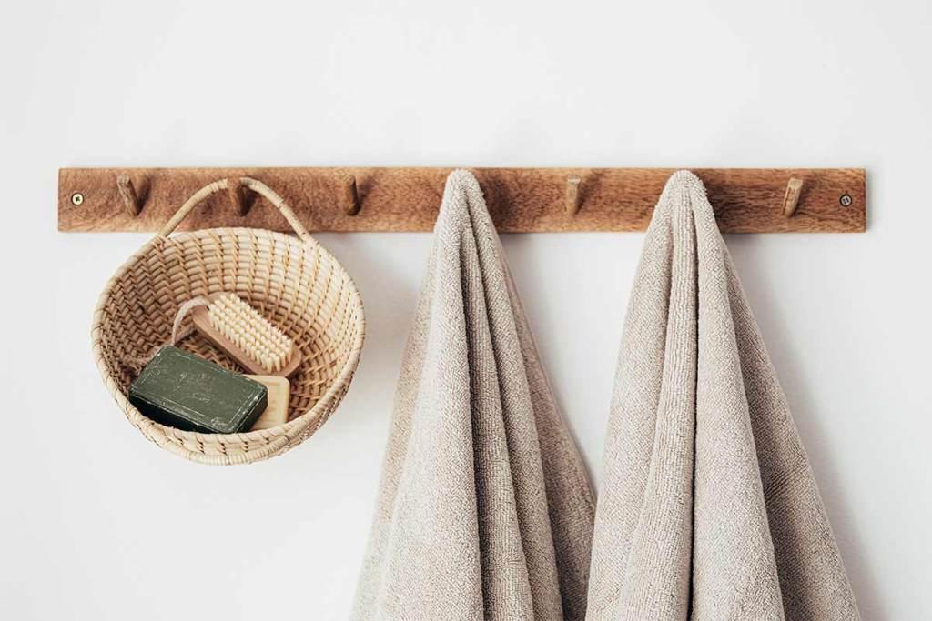 Cabide com cesto e toalhas