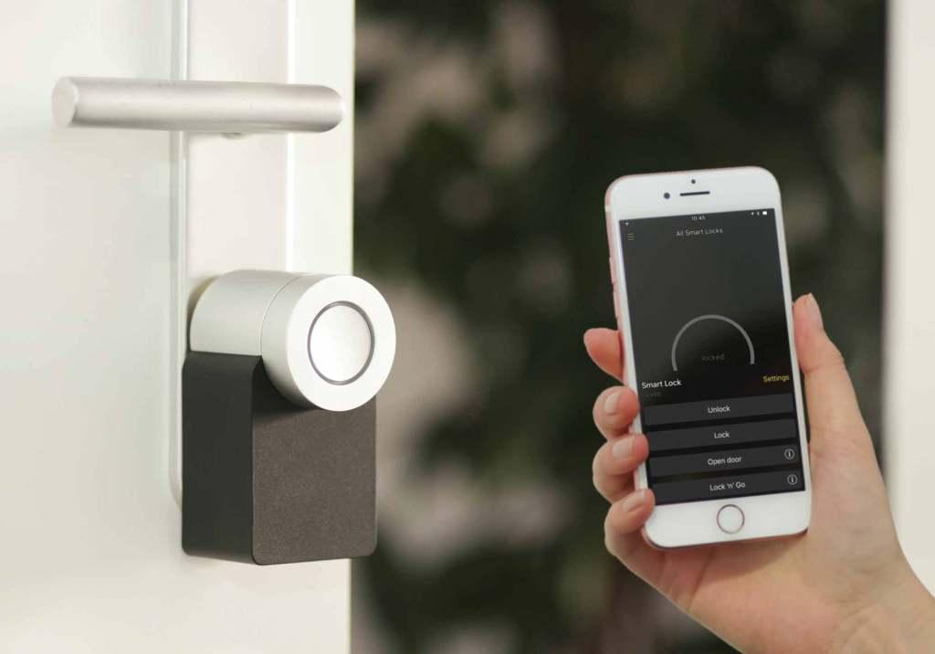 Fechadura casa inteligente junto smartphone