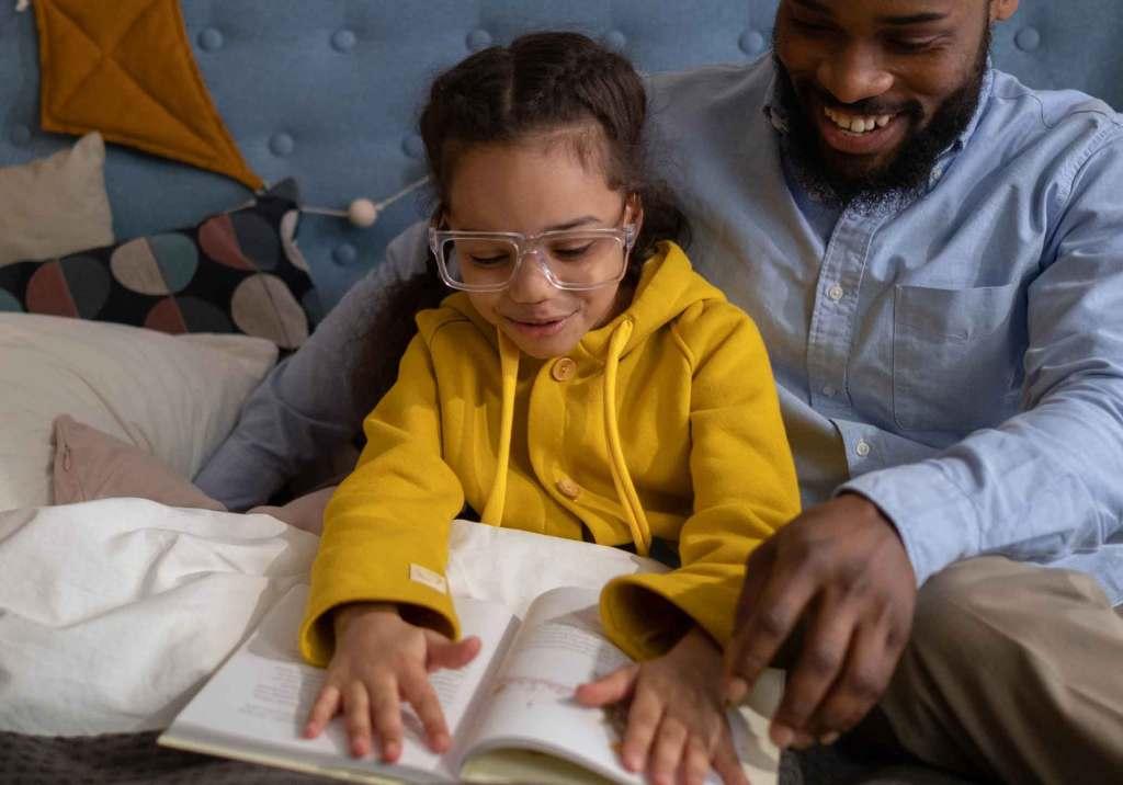 Pai e filha a ler livro