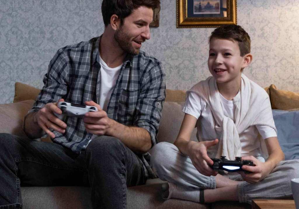 Pai e filho a jogar consola