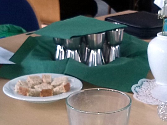 """""""...alles ist bereit"""" für die Eucharistie in den Tischgruppen"""