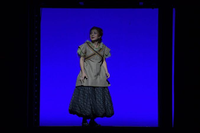 Ekin Su Paker als Barbarina in der Frankfurter Inszenierung von Mozarts »Le nozze di Figaro«