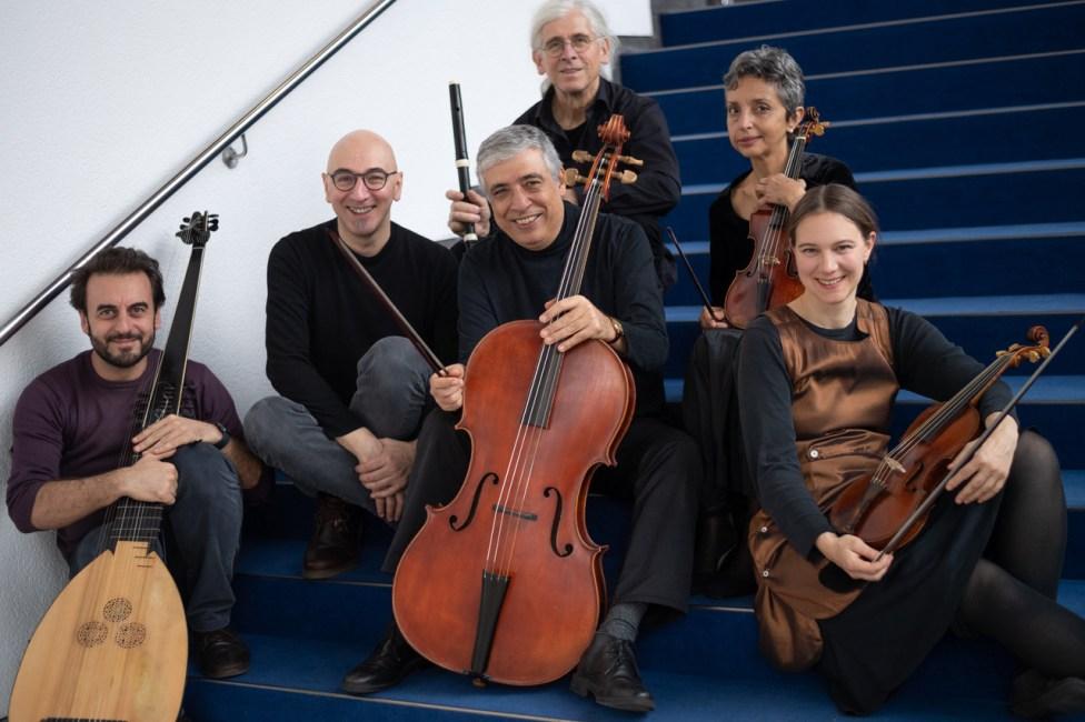 Die Musiker*innen des Horus Ensembles Daniele Camintini, Felice Venanzoni, Kaamel Salaheldin, Karl Kaiser, Basma Abdelrahim, Carla Linné