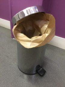 eine große Papiertasche