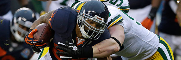 A.J. Hawk tackles Bears running back Matt Forte