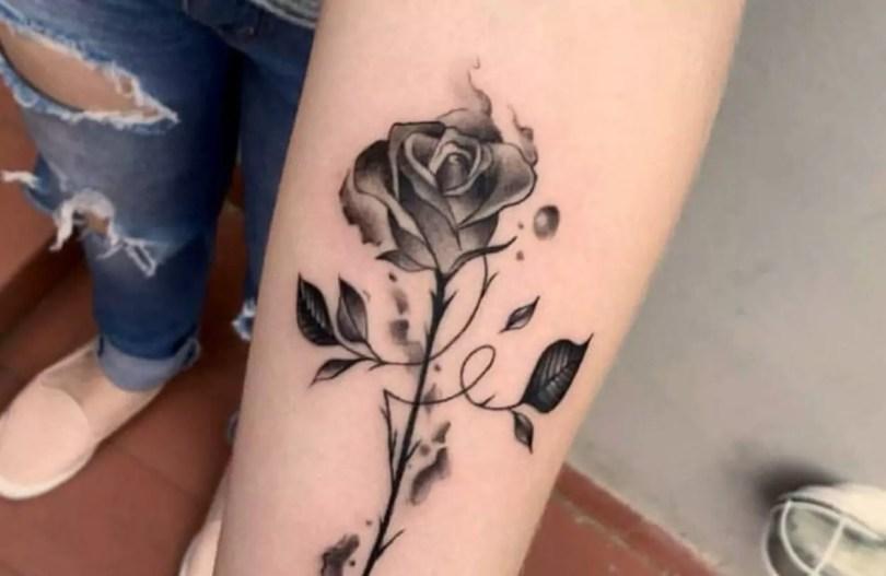 Tatuagem feminina no braço Delicada