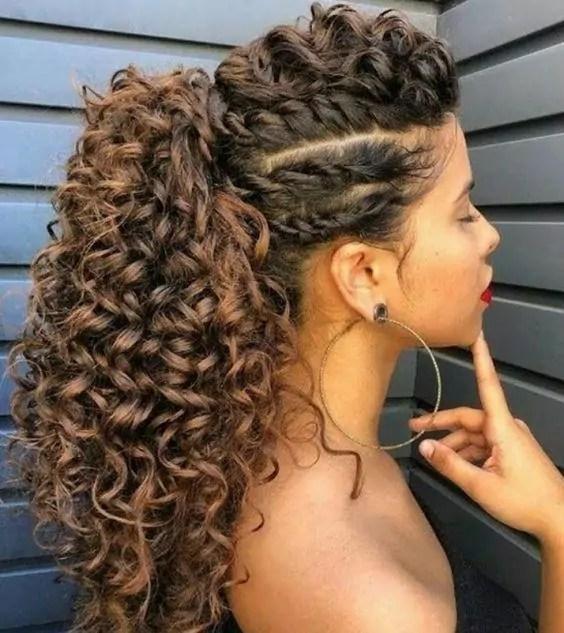 Penteados para cabelos cacheados 2022