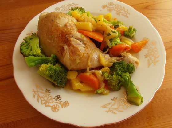 Dušené kuře s ananasem a mrkví, brokolicí