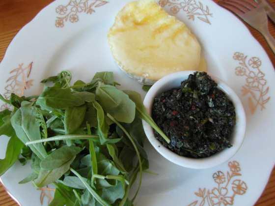 Grilovaný sýr s olivovou tapenádou
