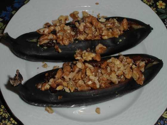 Pečené banány plněné vlašáky a datlemi