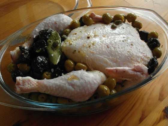 Kuře na švestkách a olivách před pečením