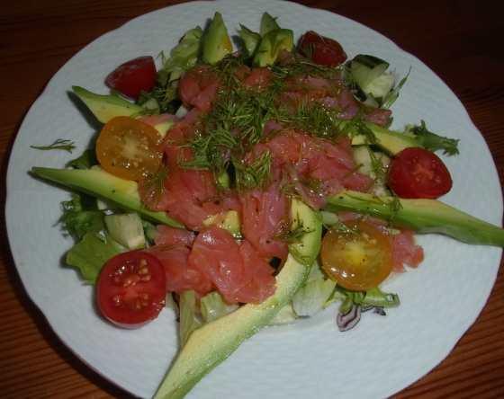 Jednoduchý salát s uzeným lososem, cherry rajčaty, avokádem, vinaigrette, koprem