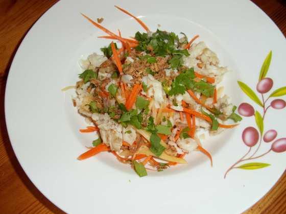 Rybí salát se zeleným mangem a mrkví