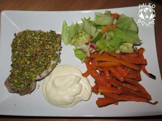 Kotlety v pistáciové krustě, s hranolkami z mrkve a salátem a citronovou majonézou