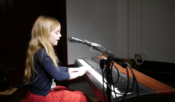 Chloe sings Don Gato