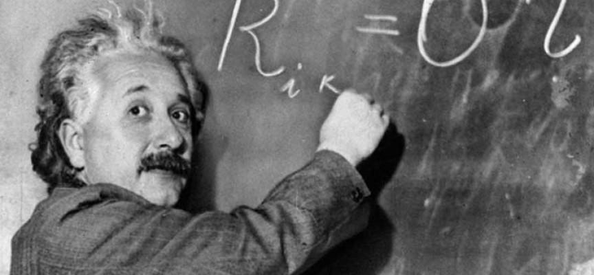 Le début de la fameuse équation d'Einstein. La suite...dans le livre!