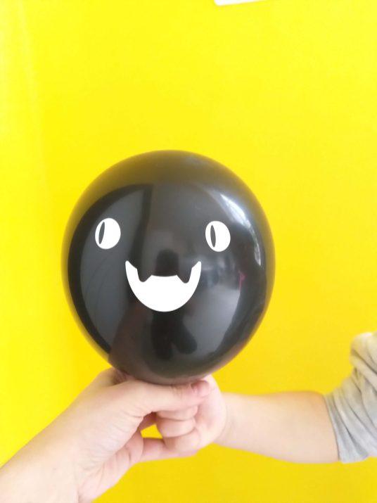 Ballon Halloween sur fond jaune