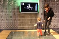 Famille sautant sur le dancefloor de l'exposition Energie