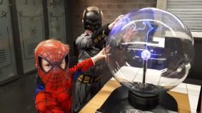 Enfants déguisés pour le carnaval avec la boule à plasma dans Energie