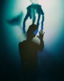 Photo artistique d'un garçon jouant avec les ombres et lumière dans Lumière!