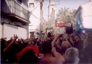 O ganhador do presunto, sendo levado pela multidão