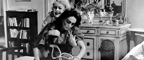 Cena aonde Bette Davis puxa o corpo de Joan Crawford. Joan Crawford deve ter ido numa churrascaria previamente, como preparação para a cena.
