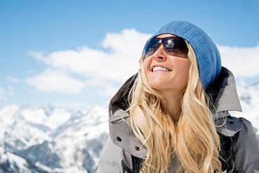 vrouw op wintersport met zonnebril op