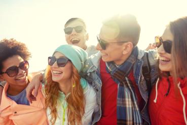 Welke zonnebril past bij mij - Blog - Lachende mensen op foto
