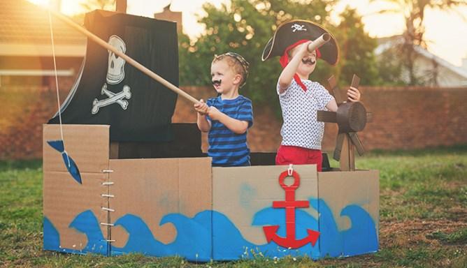 jongentjes spelen piraat in zelfgemaakt schip
