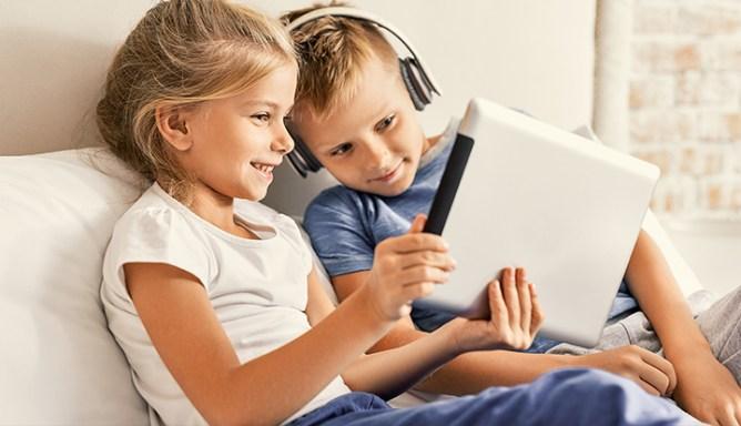 meisje en jongen kijken samen naar tablet