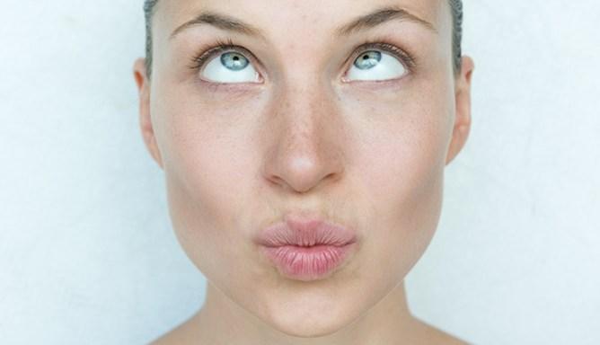 close-up van vrouw die scheel kijkt