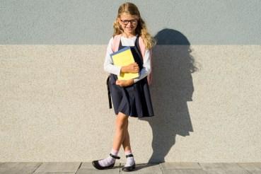 meisjegaatnaarschoolmetboekeninhaarhandeneenbrilop