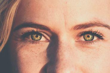 vrouw kijkt in licht