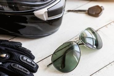 motorkleding en zonnebril op tafel