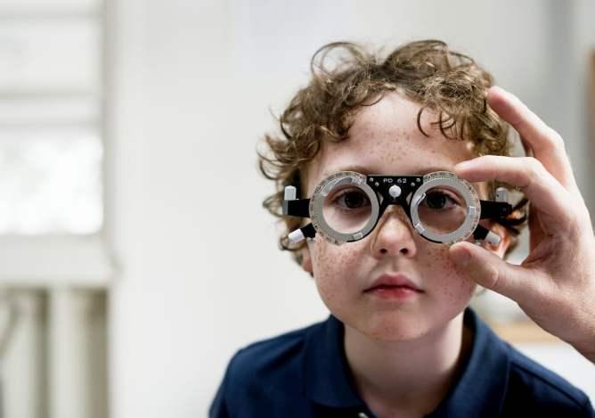 Kind bij optometrist voor oogcontrole
