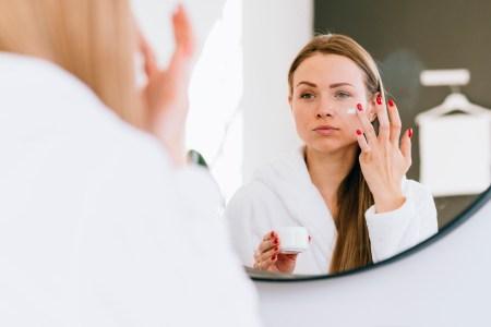 mujer aplicándose exfoliante facial Perfumerías Ana